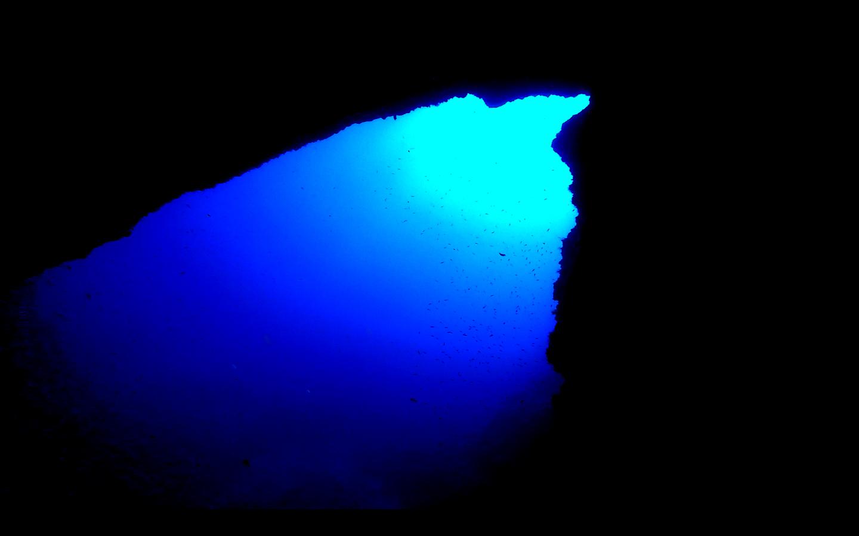 Giochi di luce da una grotta