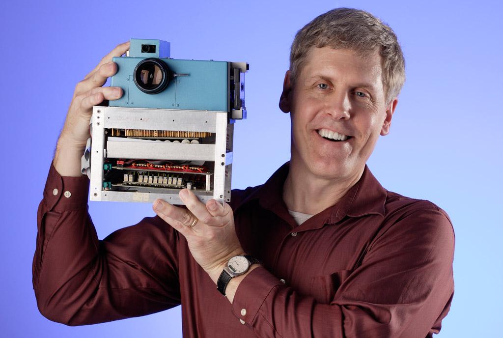 Steve Sasson con la sua macchina fotografica digitale