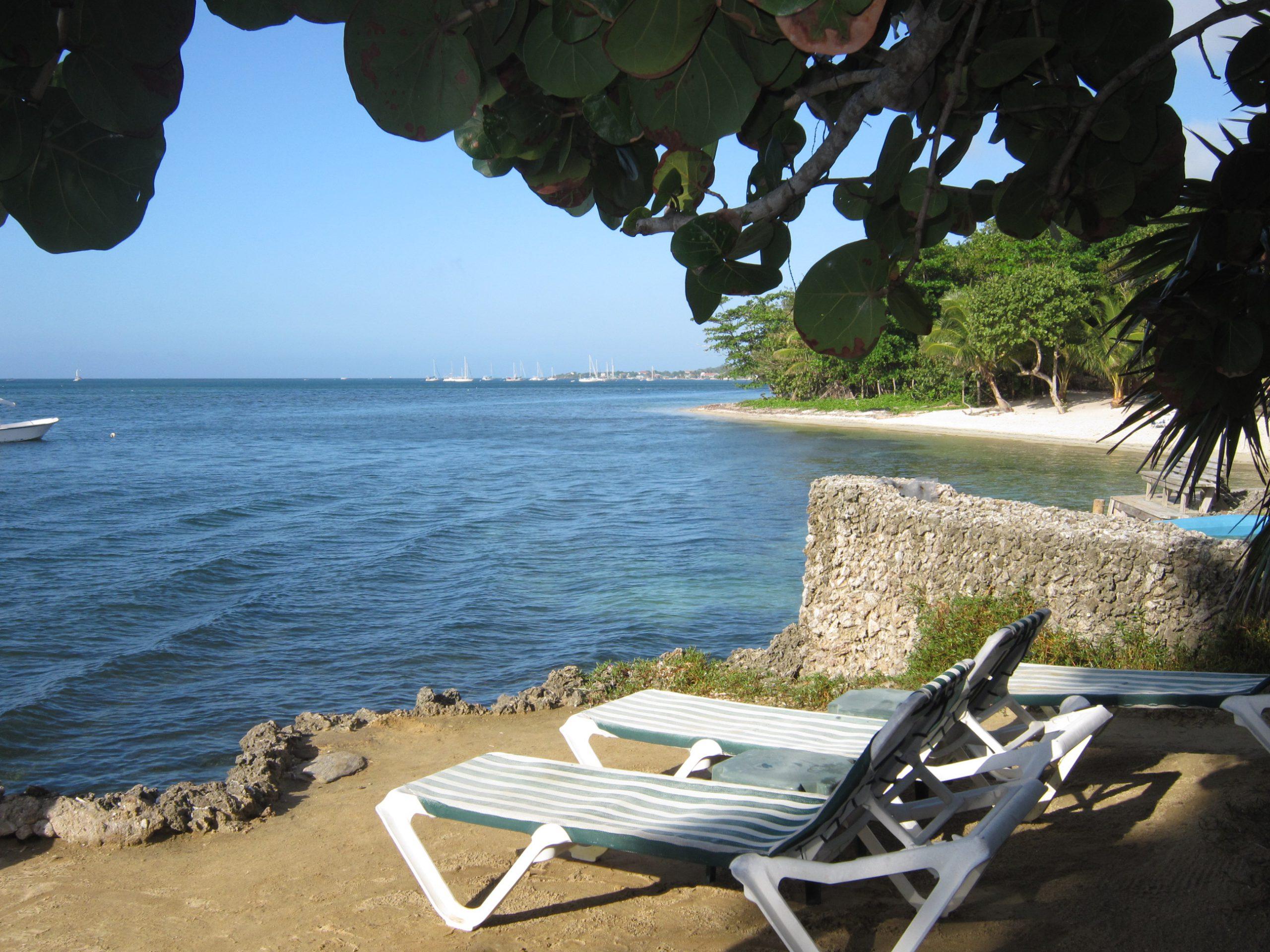 Sdrai sulla spiaggia di Roatan