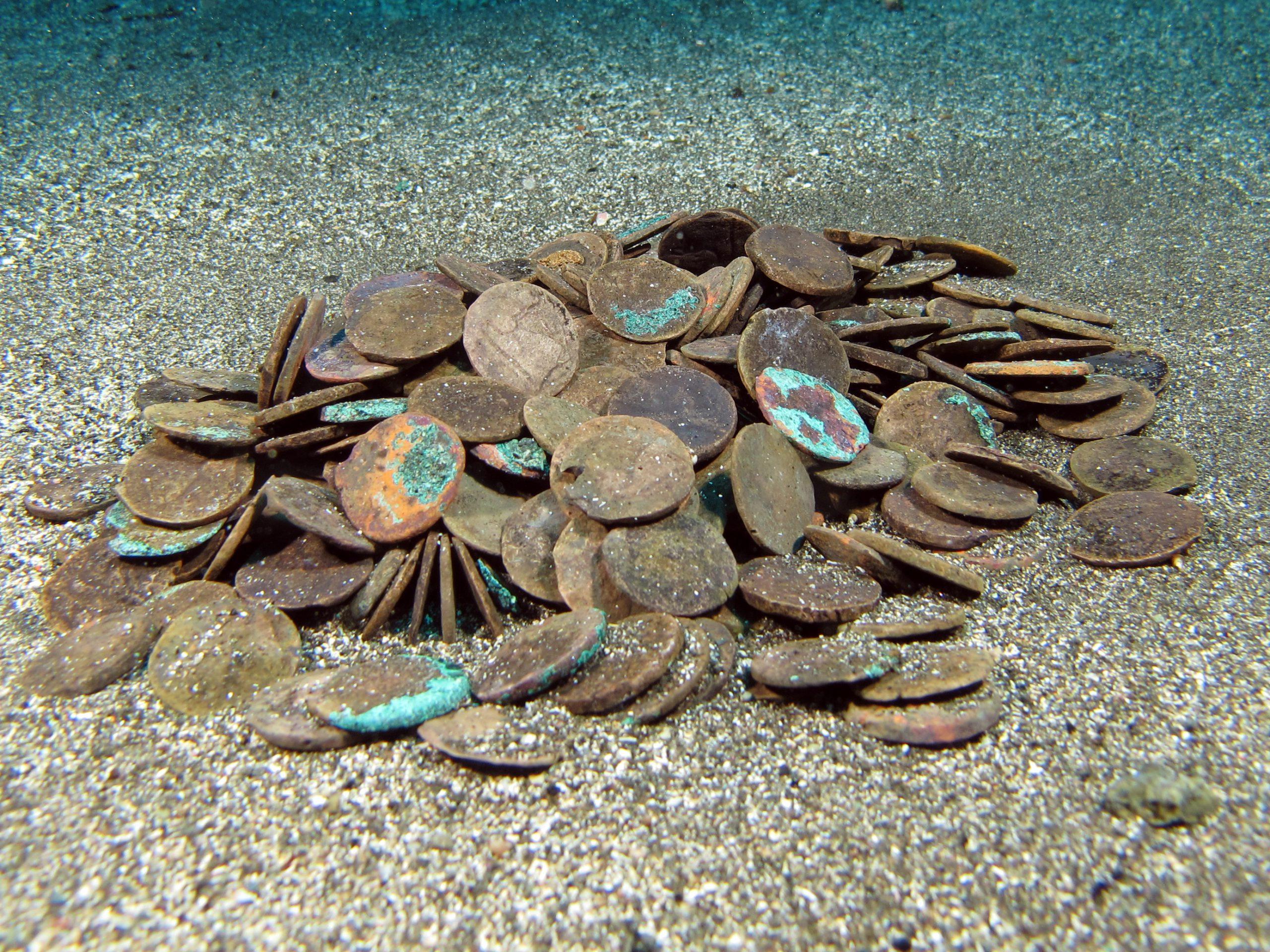 Il primo gruppo di monete ritrovate a Cala Tramontana