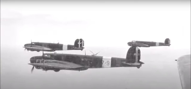 Ripresa aerea di uno stormo di BR20 in volo