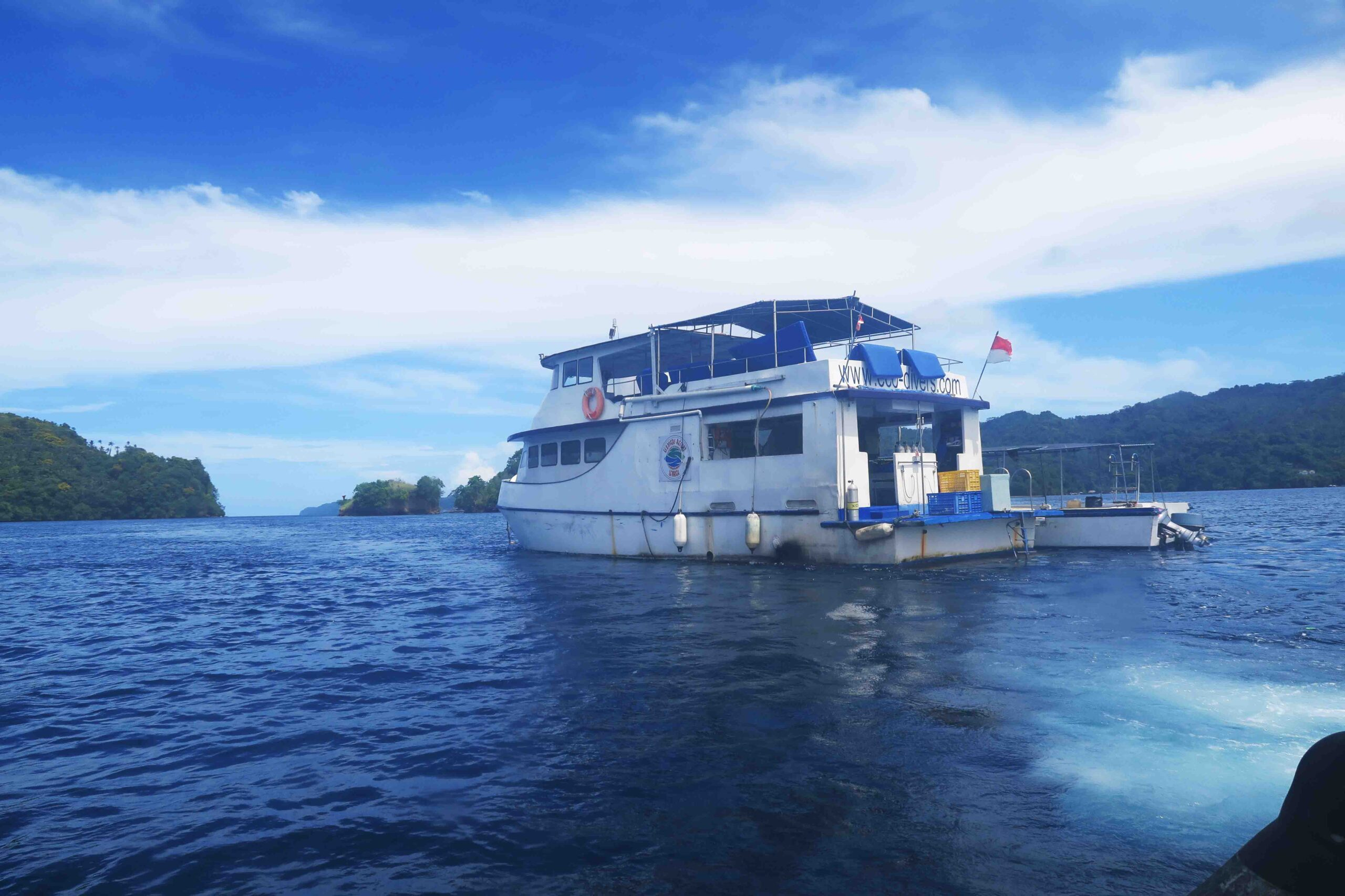 Un comodo pulmino trasferisce ogni mattina i subacquei all'imbarco di Bitung dove un'imbarcazione di appoggio mi conduce ad un'elegante barca, dotata di ogni tipo di comfort, che fungerà da pivot per le nostre giornate in mare.