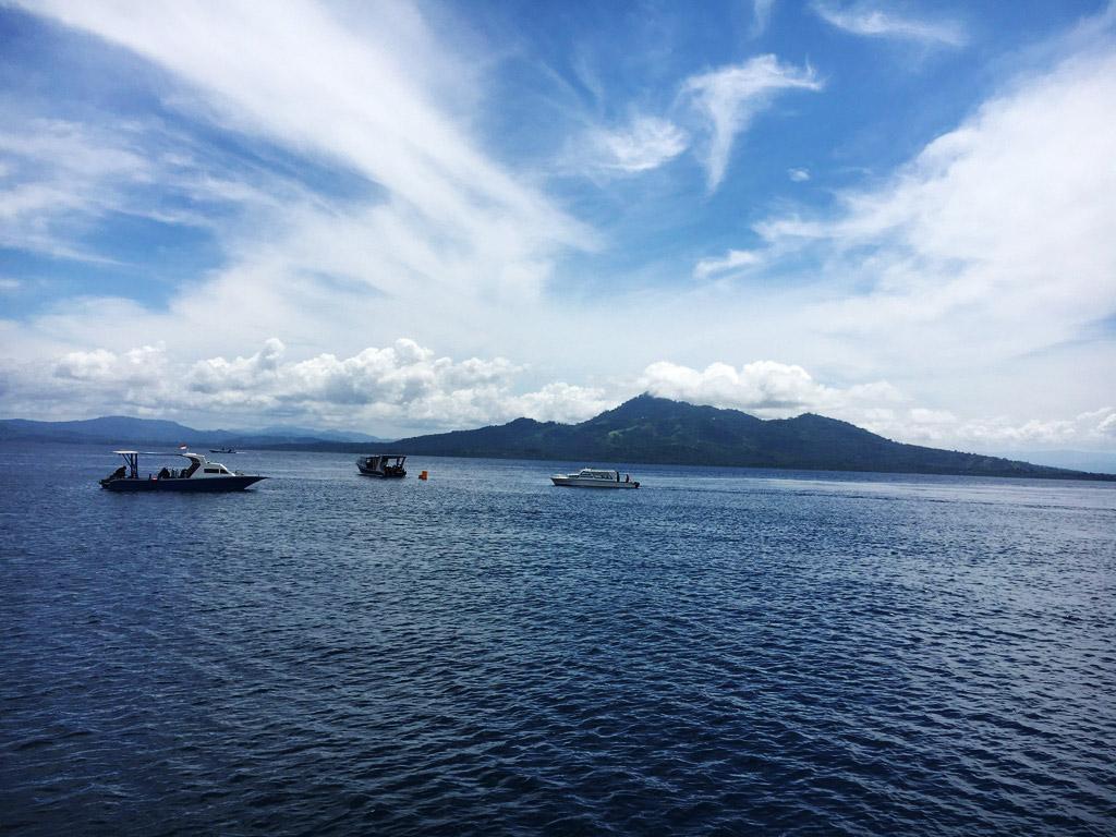 Le isole di Bunaken e Siladen sono di fronte a noi e ci impiegheremo circa mezz'ora per raggiungerle. Fanno parte del Marine National Park di Bunaken e saranno la meta delle mie immersioni con Eco Divers Manado