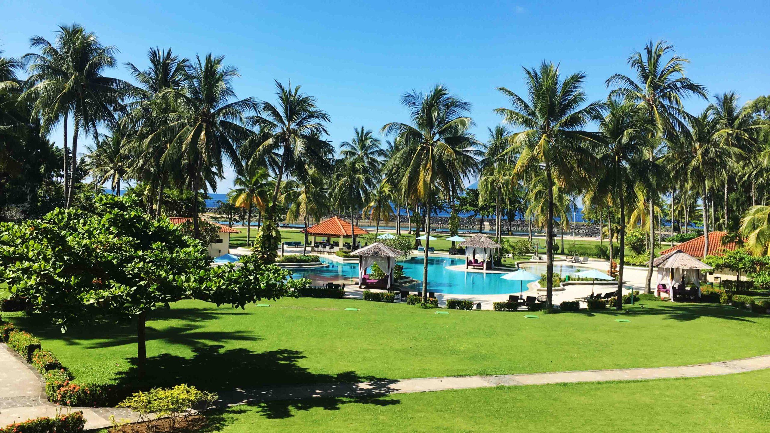 o, sono nella mia junior ocean suite al Mercure Manado Tateli Beach Resort. Affacciato sull'Oceano Pacifico, questo resort sulla spiaggia si trova su un terreno pianeggiante con un giardino lussureggiante e con molte strutture per garantire una vacanza indimenticabile tra cui una grande piscina e, naturalmente, il centro immersioni: Eco Divers Manado